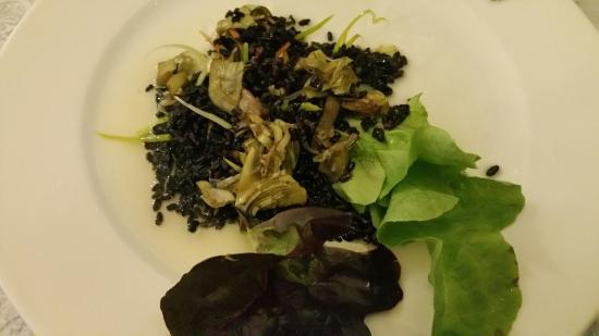 La Pera, España: Ensalada de arroz negro con alcachofas y setas. Innovadora!