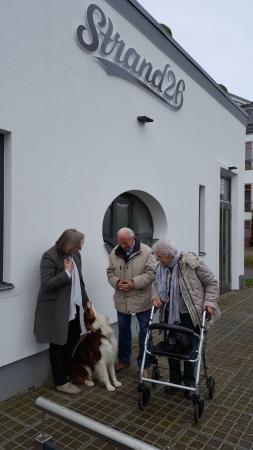Nienhagen, Niemcy: Gäste mit Betreiberin und Hund Sultan
