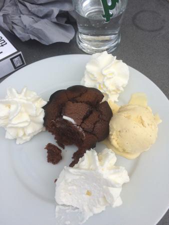 Le Cannet-des-Maures, ฝรั่งเศส: Un plat du jour copieux à 9,50 e  Une Bonne salade bien garnie  Un moelleux au chocolat mmm