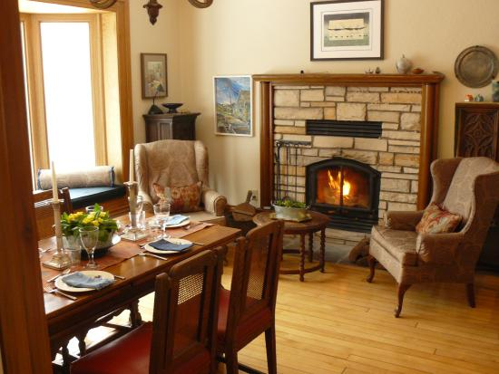 Wiarton, Canadá: The dining room with wood fire place