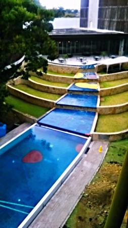 Holiday Inn Tuxpan: Vista de la piscina y al fondo el restaurante con su terraza