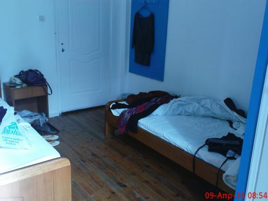 Hotel Fivos: παμπάλαιο, όλα τρίζουν. Πατώματα και κρεβάτια.