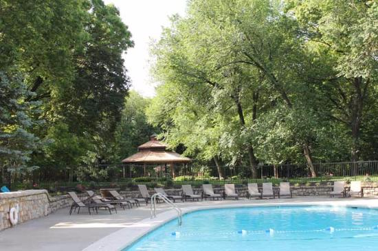 Excelsior Springs, Μιζούρι: Bell-shaped pool and grounds. Too the left of the pool is a nice hot tub.