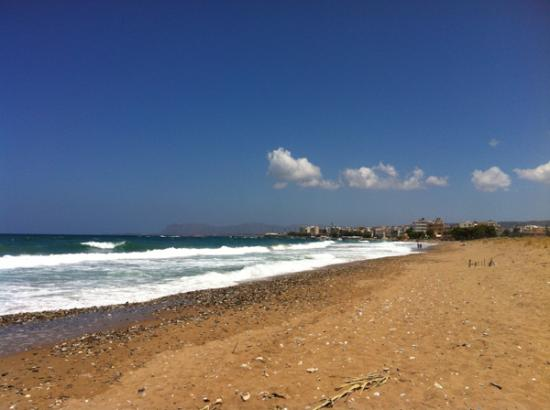 Kato Daratso, Grecia: This is the beach (it is mix of sand + pebbles). Chania town on the background
