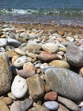 Kato Daratso, Grecia: Some pebbles on the beach