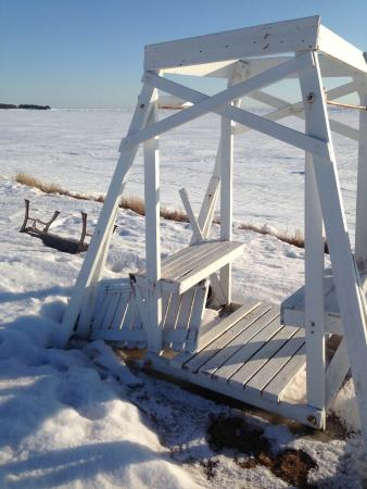 Cape Traverse, Canadá: The real state of things. The last swing standing.
