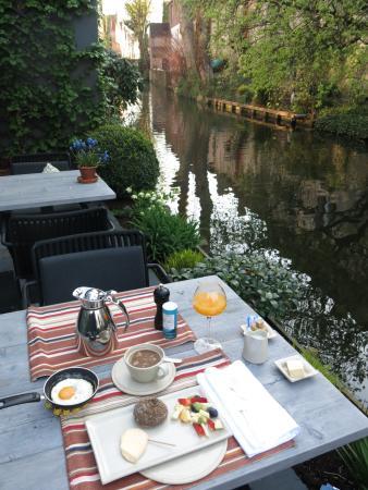 Huis Koning: Breakfast canal-side