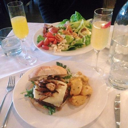 Paris, Canadá: mimosa, rose french 75, feature burger, and lobster cobb salad