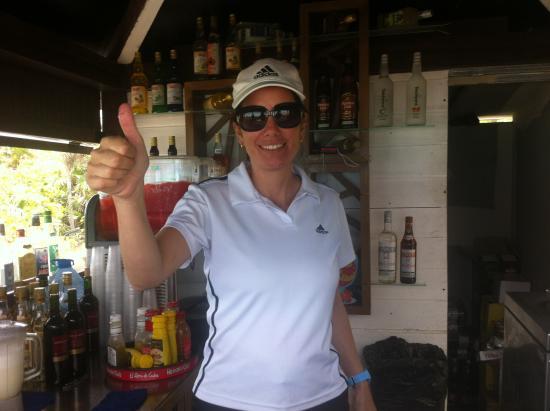 Otomy au bar sur la plage est super gentille et fait d'excellent drink!