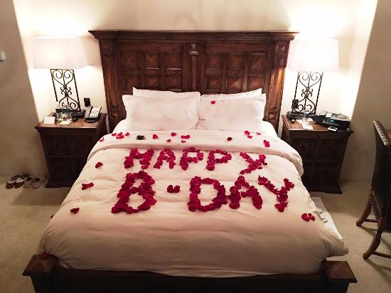 Rancho Santa Fe, Καλιφόρνια: A surprise birthday message written in rose petals! Smelled delicious...