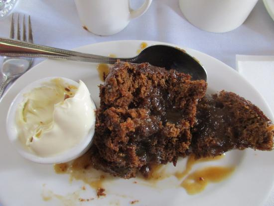 Belgrave, Australien: A partly consumed sticky date dessert