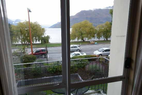 Rydges Lakeland Resort Hotel Queenstown: Small Balcony, next to a main road.