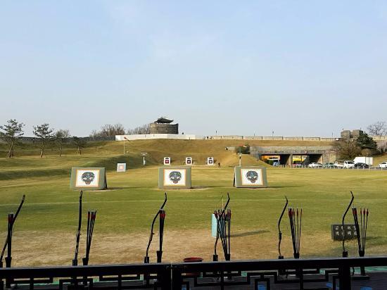 Suwon, Corea del Sur: ซ้อมยิงธนู