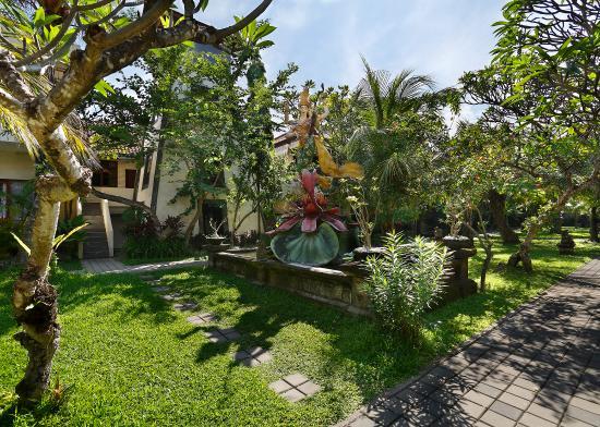 Vila Shanti Beach Hotel: Lush Garden 3