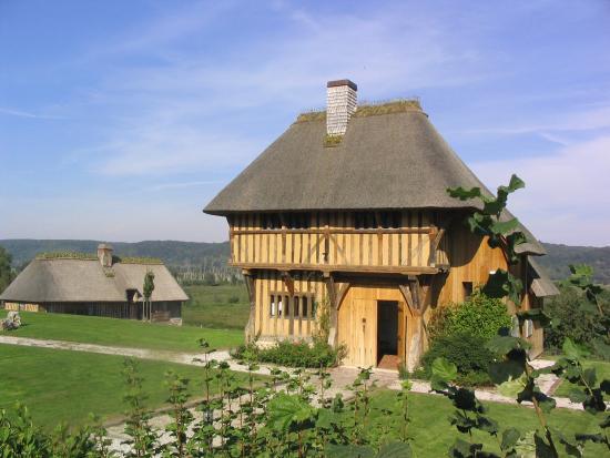 Saint-Sulpice-de-Grimbouville, Γαλλία: Au premier plan, la maison médiévale du XVe siècle, en second plan une autre chaumière du XVIe