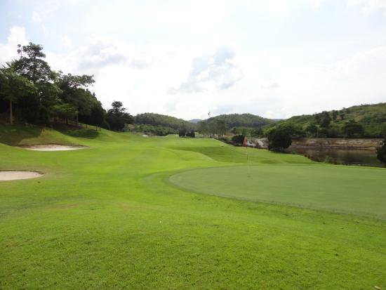 Ban Chang, Tailandia: The approach to the 18th at St Andrews
