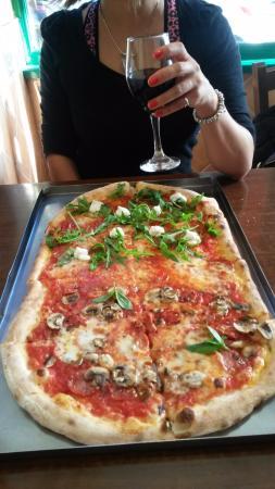 Pizza Metro Pizza: Great pizza!!!!! So yummy and I'll defo go again.