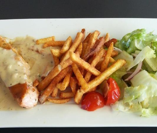 Hanko, Finlandia: salmao ao molho de limao , com batata fritas e uma salada de alface , tomate e cebola, muito bom