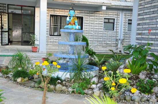 Hotel Crown Himalayas : The statue of God Shiva of the hotel near garden.