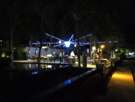 Bhu Nga Thani Resort and Spa: Outdoor restaurant at night