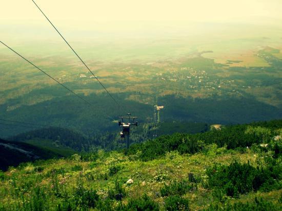 Vysoke Tatry, Eslovaquia: Lanovka - pohled na Tatranskou Lomnici a dráhu lanovky