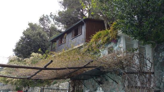 """Villaggio Smeraldo : Posto tranquillo con il perenne accompagnamento sonoro della """"voce del mare""""."""
