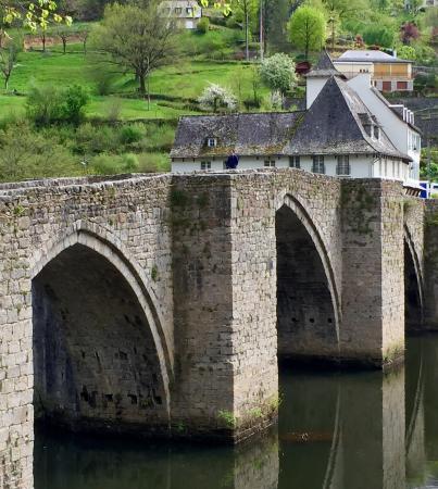 Entraygues-sur-Truyere, Francia: Entraygues' 11th century stone bridge into the village