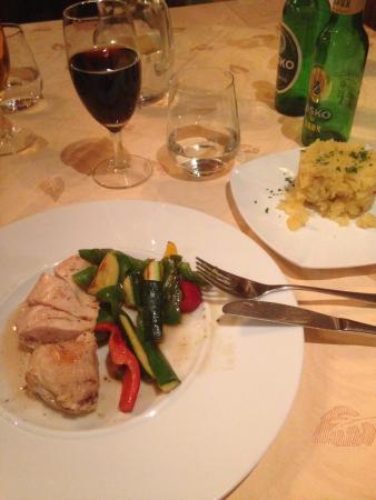 Kamnik, Eslovênia: Pollo cotto al sottovuoto con contorno di verdure e a parte contorno di patate arrosto.