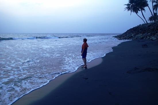 Bamboo Village : чёрный пляж, закат
