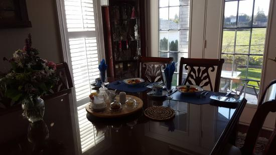 Graystone Bed and Breakfast: dining area with beautiful view to outdoor backyard patio