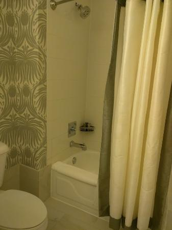 The Silversmith Hotel: non walk in shower in room 507