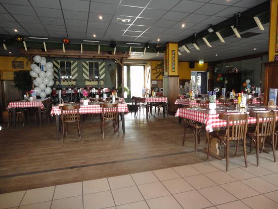 Veldhoven, Países Bajos: overzicht van de zaal met doorgang naar het terras