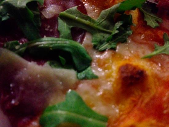 Lenno, Italia: Detail der Pizza mit Bresaola Vittelana