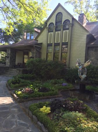 Stonehurst Place: Beautiful mosaic lobster fountain and spring foliage