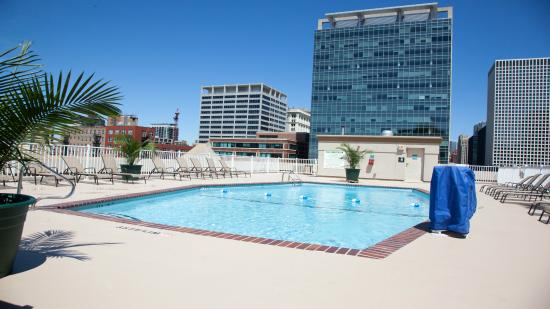 Holiday Inn Chicago Downtown: Seasonal Outdoor Rooftop Pool