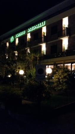 Hotel Antonelli: Prospetto in notturna