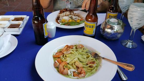 La Cruz de Huanacaxtle, Meksiko: Shrimp fettuccini with alfredo pesto and fresh fish with an almond sauce