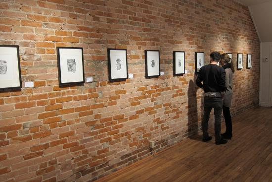Chatham, Canadá: Visitors enjoy a print exhibition by Rebecca Crofts