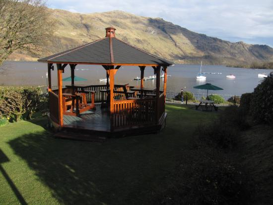 Ardlui Hotel: Beer garden with view over Loch Lomond