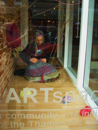 Chatham, Canadá: Window performance, cocooning, by fiber artist Kelly Ridley