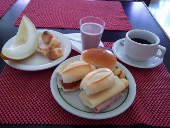 Ambassy Hotel: Café da manhã delicioso, com variedade de pães, bebidas e frutas.