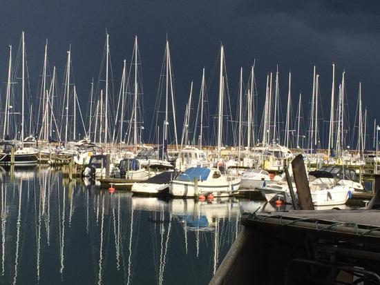 Vedbaek, Δανία: Sort himmel og lystbåde i sol. Storslået udsigt fra Restaurant Nautilus.