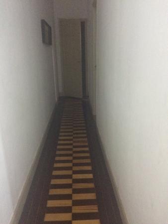 Hostel Casa da Escada : Corredor de acesso ao banheiro compartilhado