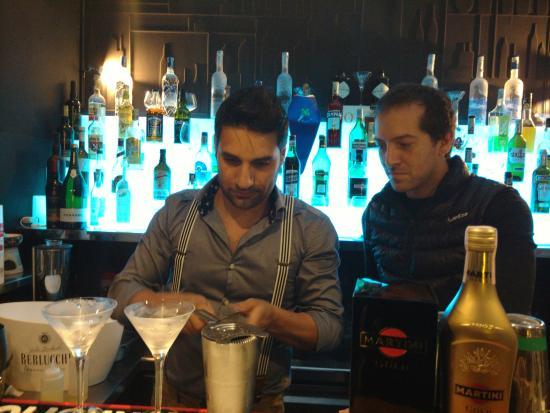 Mood Lounge Bar & Restaurant: Giuseppe doing his thing behind the bar.