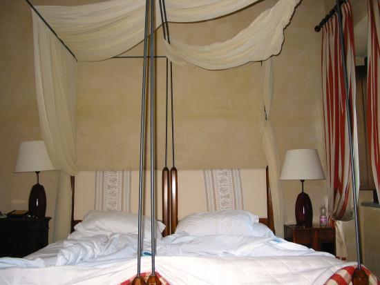 Park Hotel Ai Cappuccini: camera con letto a baldacchino.