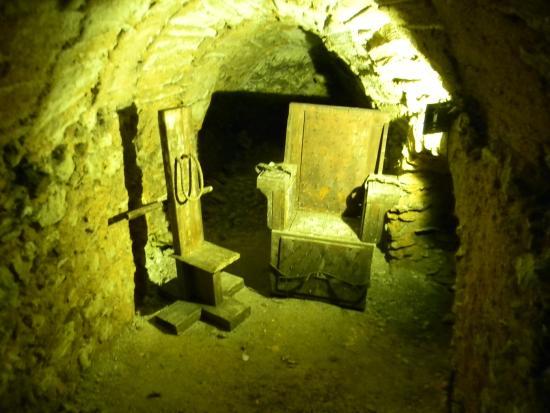 Montbazon, Frankrike: Chaises de tortures dans les souterrains du château
