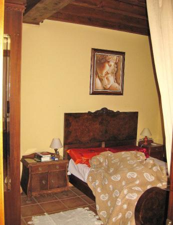 Schlafzimmer, die beiden Couches im Wohnraum bieten weiteren zwei ...