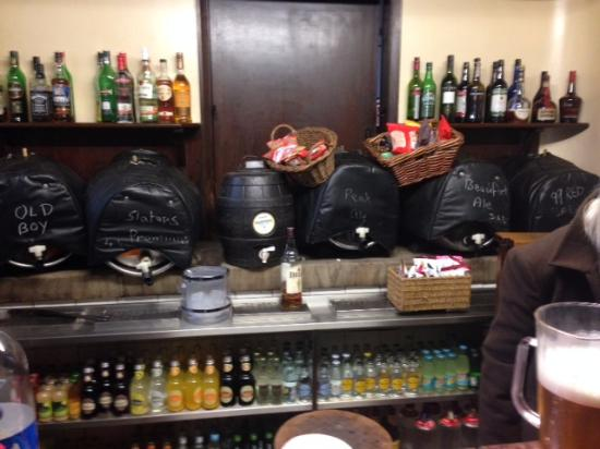 Kirk Ireton, UK: Bar and beers at Barley Mow Inn