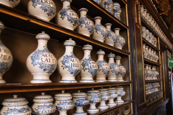 Una parte della collezione di vasi in ceramica - Foto di Farmacia ...