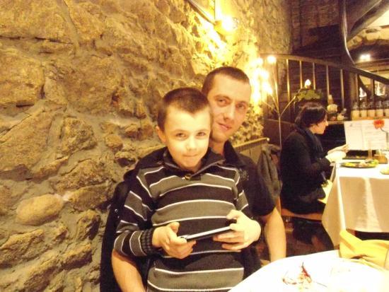 mon fils et mon petit fils dans la salle du restaurant Le Tournesol